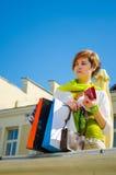 Giovane bella donna con le borse dopo la compera immagine stock libera da diritti