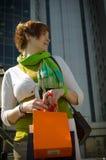 Giovane bella donna con le borse dopo la compera fotografie stock