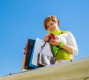 Giovane bella donna con le borse dopo la compera immagini stock