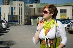 Giovane bella donna con le borse dopo la compera nel parcheggio fotografie stock