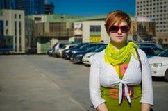 Giovane bella donna con le borse dopo la compera nel parcheggio fotografia stock libera da diritti