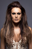 Giovane donna con le estensioni dei capelli. fotografia stock libera da diritti
