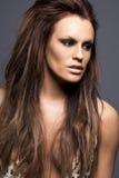 Giovane donna con le estensioni dei capelli. fotografia stock