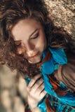 Giovane bella donna con le ombre sul fronte all'aperto Fotografia Stock Libera da Diritti