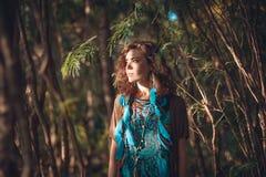 Giovane bella donna con le ombre sul fronte sulla spiaggia Immagine Stock