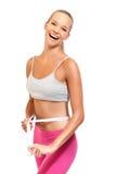 Giovane bella donna con nastro adesivo di misura su bianco Fotografie Stock