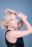 Giovane bella donna con trucco pulito perfetto di fascino e della pelle Fotografia Stock