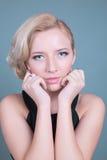 Giovane bella donna con trucco pulito perfetto di fascino e della pelle Immagine Stock