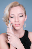 Giovane bella donna con trucco pulito perfetto di fascino e della pelle Fotografie Stock