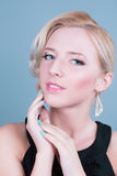 Giovane bella donna con trucco pulito perfetto di fascino e della pelle Fotografia Stock Libera da Diritti