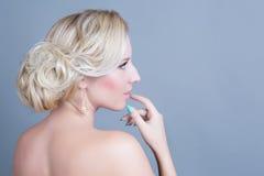 Giovane bella donna con trucco pulito perfetto di fascino e della pelle Fotografie Stock Libere da Diritti