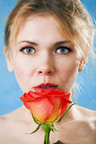 Giovane bella donna con una singola rosa rossa Fotografia Stock