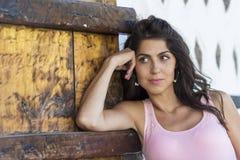 Giovane bella donna contro la porta di legno Fotografie Stock