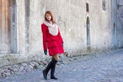 Giovane bella donna dai capelli rossi che cammina a Tallinn Fotografia Stock