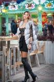 Giovane bella donna dei capelli giusti lunghi eleganti con la pelliccia bianca, colpo all'aperto in un giorno di inverno freddo R Fotografie Stock