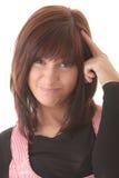 Giovane bella donna del brunet con l'espressione del fronte. Fotografia Stock