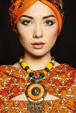 Giovane bella donna del ritratto con la collana Fotografie Stock Libere da Diritti