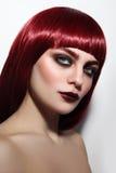 Giovane bella donna del ritratto d'annata di stile con gli occhi fumosi e fotografia stock