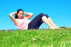 Giovane bella donna della corsa mista che fa Sit Ups Fotografia Stock