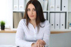 Giovane bella donna di affari o ragioniere femminile sicuro in ufficio Ragazza dello studente durante la preparazione dell'esame  Fotografie Stock Libere da Diritti