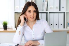 Giovane bella donna di affari o ragioniere femminile sicuro in ufficio Ragazza dello studente durante la preparazione dell'esame  Fotografie Stock