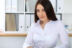 Giovane bella donna di affari o ragioniere femminile sicuro in ufficio Ragazza dello studente durante la preparazione dell'esame  Fotografia Stock