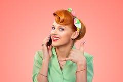 giovane bella donna di affari su una priorit? bassa isolata Pin sulla ragazza di stile con il telefono fotografia stock libera da diritti