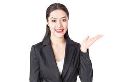 Giovane bella donna di affari in vestito nero con il fronte di smailey Fotografia Stock