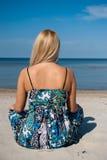 Giovane bella donna di estate che meditating sul mare Immagine Stock Libera da Diritti