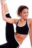 Giovane bella donna di forma fisica che allunga il suo piedino Fotografie Stock Libere da Diritti