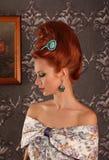 Giovane bella donna di lusso in vestito vittoriano d'annata fotografie stock libere da diritti