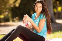 Giovane bella donna di sport circa per bere acqua Fotografia Stock Libera da Diritti