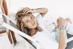 Giovane bella donna di Styllish nell'abbigliamento casual che si rilassa nella sedia Immagine Stock Libera da Diritti