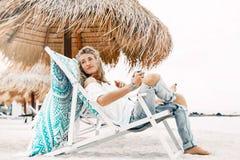 Giovane bella donna di Styllish nell'abbigliamento casual che si rilassa nella sedia Fotografia Stock