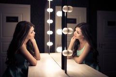 Giovane bella donna e riflessione nello spogliatoio Fotografie Stock Libere da Diritti