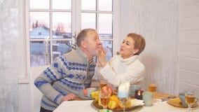 Giovane bella donna e suo il padre anziano che celebrano insieme festa a casa archivi video