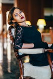 Giovane bella donna elegante nella seduta di seta splendida del vestito Fotografia Stock Libera da Diritti