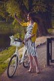 Giovane bella, donna elegante vestita con Fotografie Stock