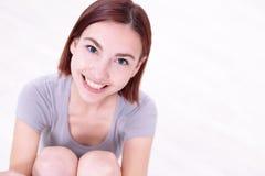 Giovane bella donna felice fotografie stock