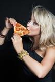 Giovane bella donna felice che mangia pizza Immagine Stock Libera da Diritti