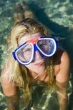 Giovane bella donna felice di immersione subacquea di estate immagine stock libera da diritti