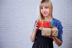 Giovane bella donna felice sorridente con molti contenitori di regalo a disposizione fotografie stock libere da diritti