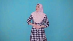 Giovane bella donna musulmana che ha i problemi e mal di stomaco archivi video