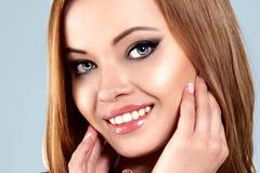 Giovane bella donna naturale sorridente felice Fotografia Stock Libera da Diritti