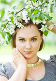 Giovane bella donna negli alberi del fiore di primavera immagini stock libere da diritti