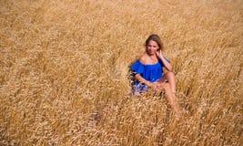 Giovane bella donna nel campo di frumento immagine stock libera da diritti