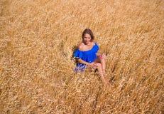 Giovane bella donna nel campo di frumento immagine stock