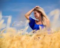 Giovane bella donna nel campo di frumento immagini stock libere da diritti