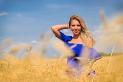 Giovane bella donna nel campo di frumento fotografie stock