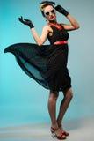 Giovane bella donna nel retro stile di pin-up con il vestito d'ondeggiamento fotografie stock